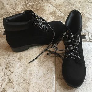 Casual everyday boot. Good condition. Black.